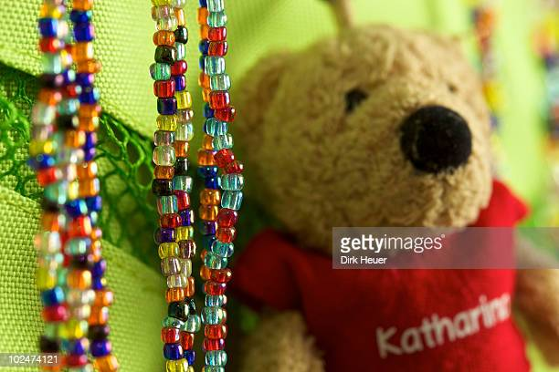 Stillleben Kinderketten mit Teddybaer