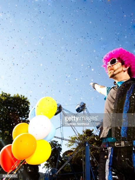 stiltwalker performer in einem Freizeitpark