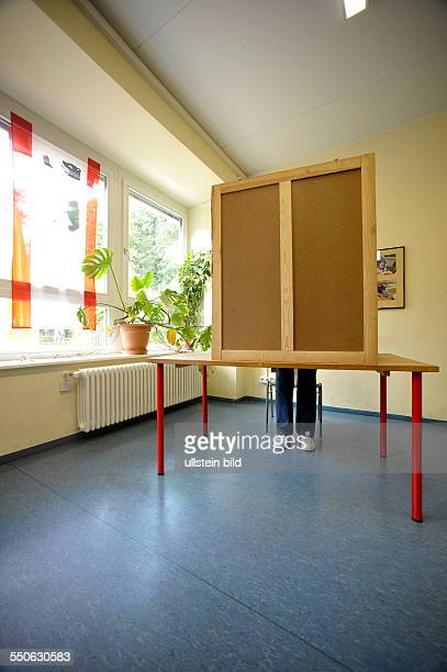 Stimmabgabe in einem Wahllokal in BerlinPrenzlauer Berg Wahlkabine