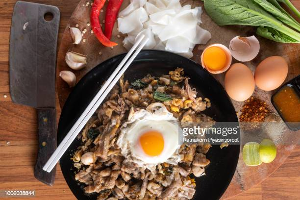 stir fried flat noodle and pork with dark soy sauce (thai people called pad see ew) - padding stock pictures, royalty-free photos & images
