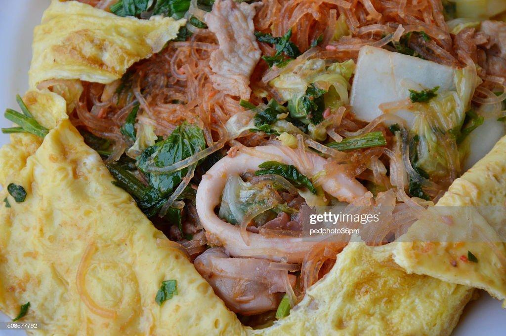 Pfannengerührte Sukiyaki mit Meeresfrüchten mit Ei auf Gericht : Stock-Foto