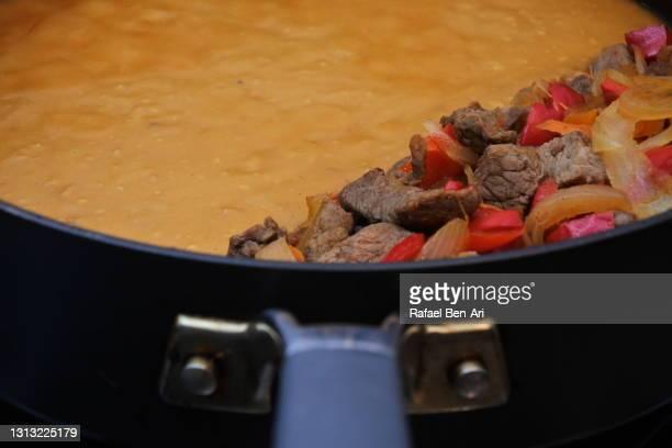 stir-fried beef meat and vegetables with satay souse - rafael ben ari imagens e fotografias de stock