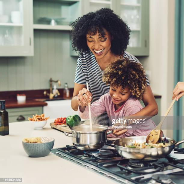 revolviendo un poco de amor en él - black cook fotografías e imágenes de stock