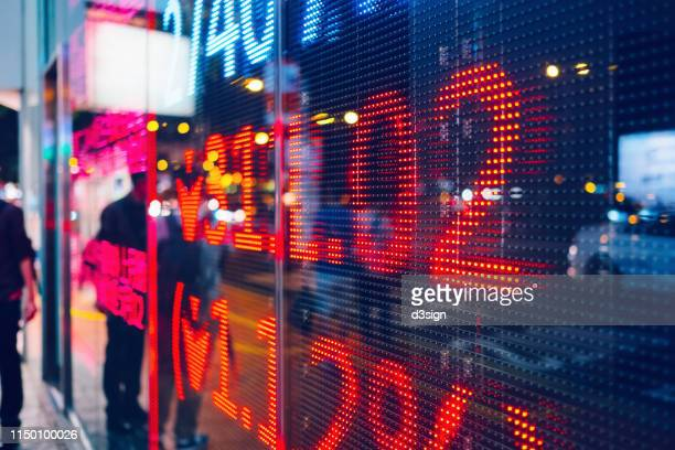 stock exchange market display screen board on the street showing stock market crash sell-off in red colour - börsencrash stock-fotos und bilder