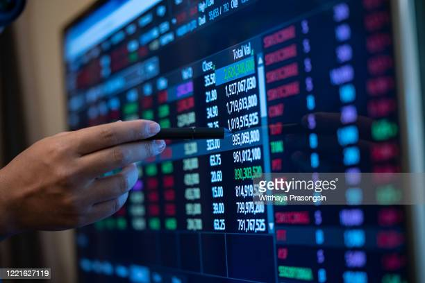 stock falls - stock market data stock pictures, royalty-free photos & images