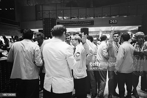 Stock Market Crisis Wall Street Black Hours New York 22 Mai 1970 Lors de la crise boursière à Wall Street sur le 'floor' de la NYSE des employés en...