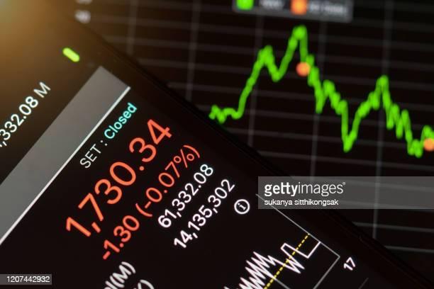 stock market graph on moble phone. - 国債 ストックフォトと画像