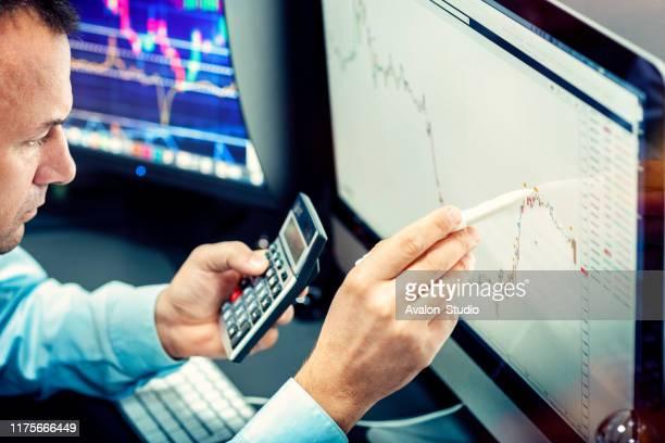 der börsenmakler analysiert das finanzdiagramm. - börsenhandel finanzberuf stock-fotos und bilder