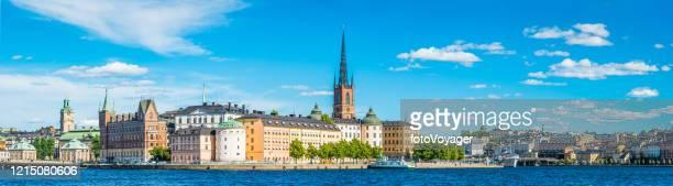 stockholm gamla stan blauer hafen panorama am wasser riddarholmen sodermalm schweden - stockholm stock-fotos und bilder