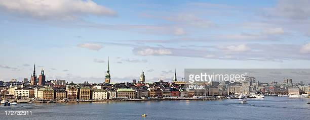 panorama von Stockholm. Typische Ansicht: Meer, blauer Himmel, church and towers