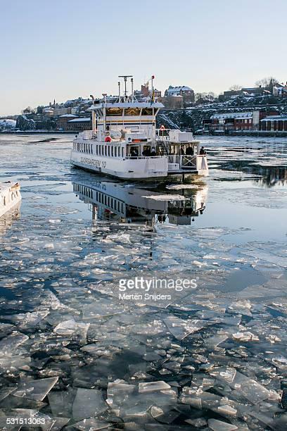 stockholm slussen ferry in winter - merten snijders stockfoto's en -beelden