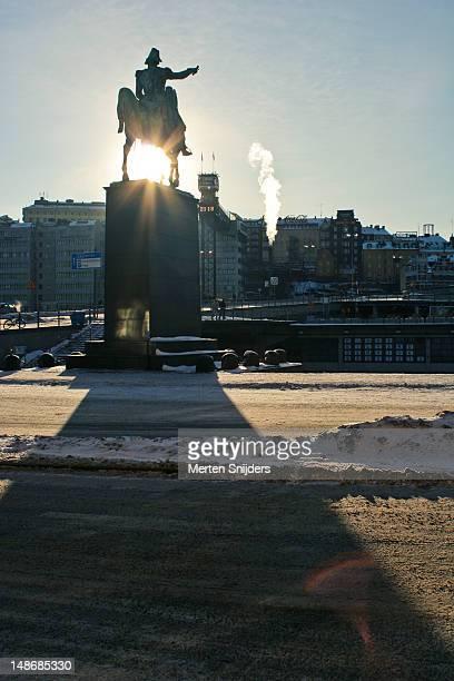 stockholm statue, winter. - merten snijders stockfoto's en -beelden