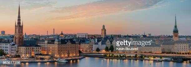 stockholm's old town and city center at sunset - nationaal monument beroemde plaats stockfoto's en -beelden