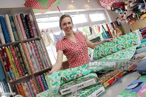 Stoffladen 'Frau Tulpe' in Berlin Inhaberin Tania Gehrmann mit Stoffballen