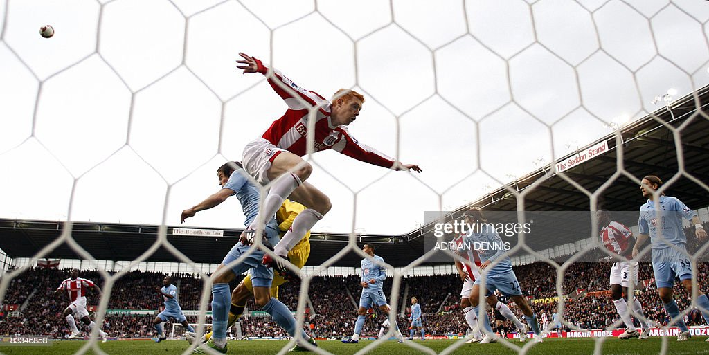 Stoke City's Dave Kitson (C) vies for the ball with Tottenham Hotspur's Brazilian goalkeeper Heurelho Gomes (C, back) and Gareth Bale (L) during the Premiership football match at The Britannia Stadium in Stoke on October 19, 2008. Stoke won the game 2-1 with Tottenham having two players sent off in the match. AFP PHOTO / Adrian Dennis Mobile and website use of domestic English football pictures are subject to obtaining a Photographic End User Licence from Football DataCo Ltd Tel : +44 (0) 207 864 9121 or e-mail accreditations@football-dataco.com - applies to Premier and Football League matches.