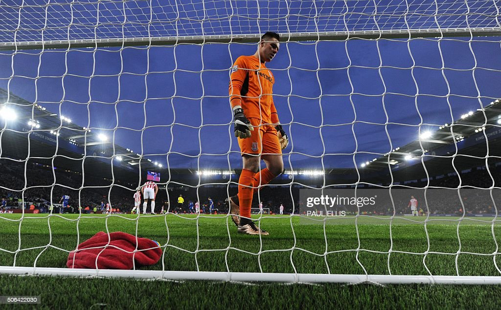 Stoke City's English goalkeeper Jack Butland reacts after conceding their second goal during the English Premier League football match between Leicester City and Stoke City at King Power Stadium in Leicester, central England on January 23, 2016. Leicester won the game 3-0. AFP PHOTO / PAUL ELLIS USE. No use with unauthorized audio, video, data, fixture lists, club/league logos or 'live' services. Online in-match use limited to 75 images, no video emulation. No use in betting, games or single club/league/player publications. / AFP / PAUL
