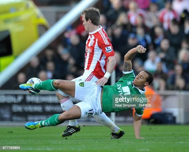 Stoke City's Glenn Whelan holds off Norwich City's Elliott Bennett