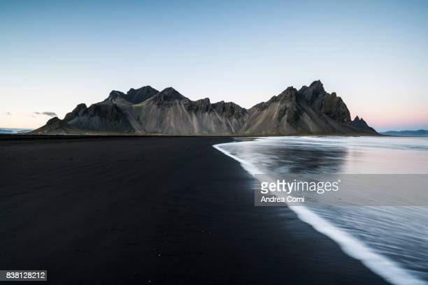 stokksnes, hofn, eastern iceland, iceland. vestrahorn mountain seen by the bay - islanda foto e immagini stock