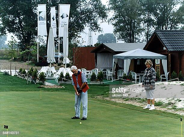 Stolper Heide / Stolpe Golfspieler auf der 'driving range' im Hintergrund kleine Holzhäuser die als provisorisches Clubhaus dienen solange die beiden...