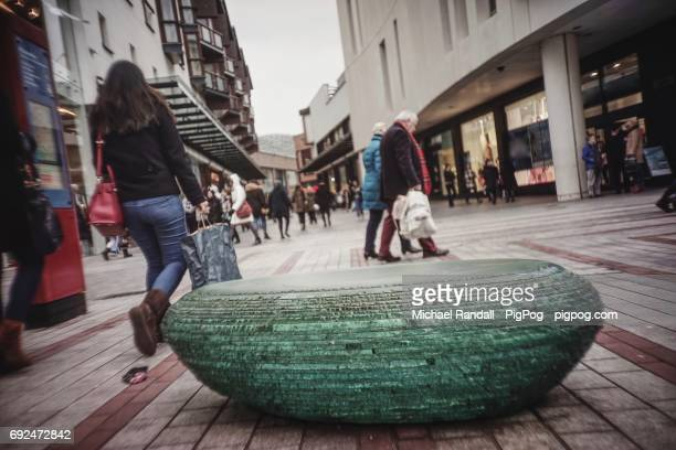stone and shoppers in princesshay shopping centre, exeter - イギリス エクセター ストックフォトと画像