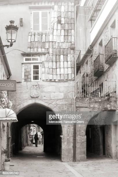 stenen bogen, straat in noia, galicie, spanje. - sepiakleurig stockfoto's en -beelden