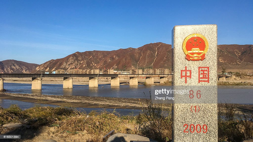 Stone boundary marker at China's side. The opposite over the... : Fotografía de noticias