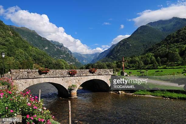 stone bridge in pyrenees - アリエージュ ストックフォトと画像