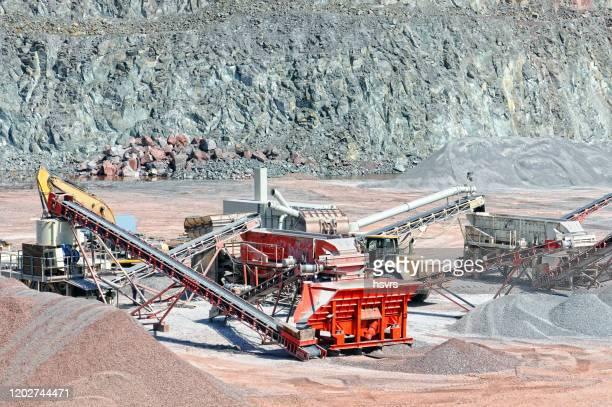 石のクラッシャーとコンベアベルト選別岩材。採石 場。鉱業。 - 金属鉱石 ストックフォトと画像