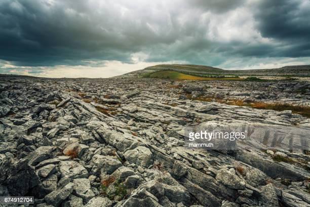 piedra del desierto - the burren - en county clare, irlanda - árido fotografías e imágenes de stock