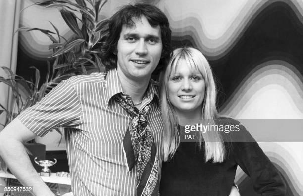 Stone et Charden avec leurs fils Baptiste le 18 novembre 1974 à Paris France