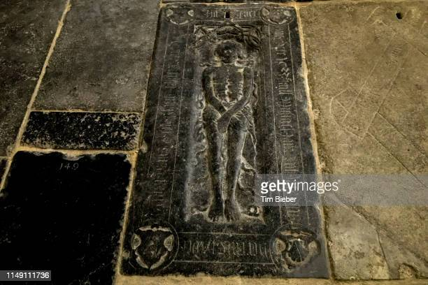 stone grave in the floor of the oude kerk (old church) in amsterdam - clemence hollande photos et images de collection