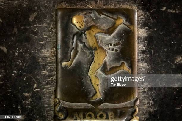 stone grave with man carrying spear and name moor in the floor of the oude kerk (old church) in amsterdam - clemence hollande photos et images de collection