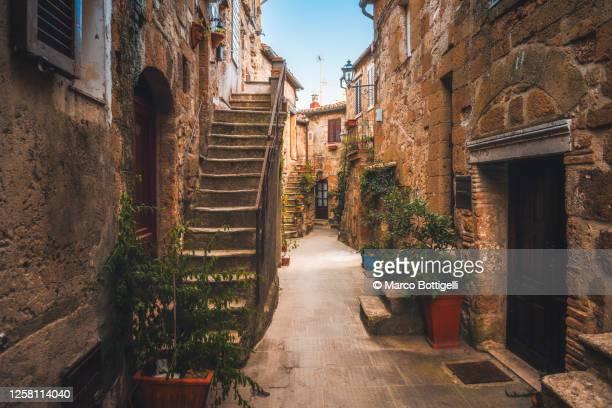 stone houses in old etruscan village, tuscany, italy - villaggio foto e immagini stock