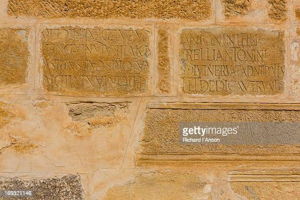 stone inscriptions on wall at great mosque - sidi oqba moschee stock-fotos und bilder