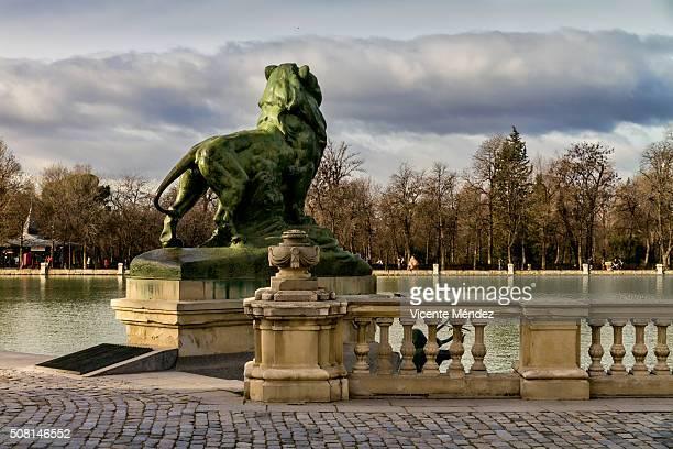stone lion (retiro park) - vicente méndez fotografías e imágenes de stock