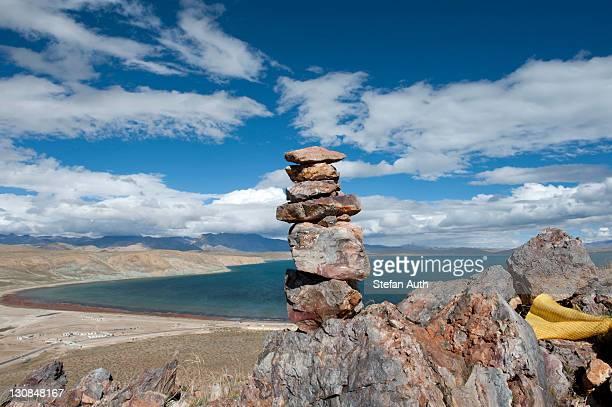 Stone man near Chiu Gompa Monastery, view over Lake Manasarovar, Mapham Yutsho, Kailash area, Ngari, Trans-Himalaya, Himalayas, West Tibet, Tibet Autonomous Region, People's Republic of China, Asia