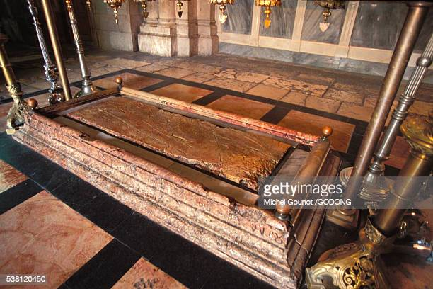 stone of anointing in church of the holy sepulchre - chiesa del santo sepolcro foto e immagini stock