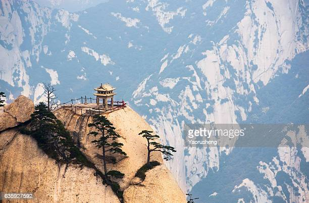 stone pagoda at the holy mountain huashan, xian, china - lotus flower peak stock pictures, royalty-free photos & images