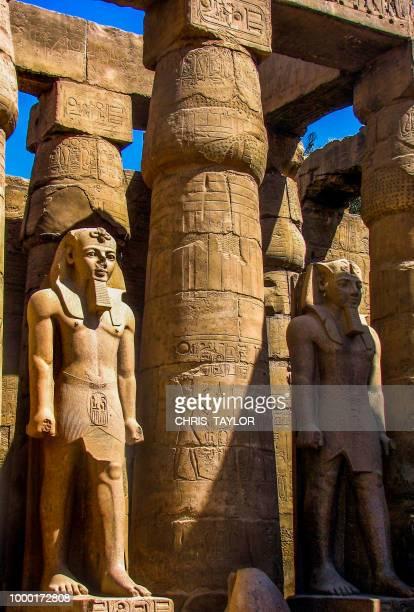 stone pharaohs - antico egitto foto e immagini stock