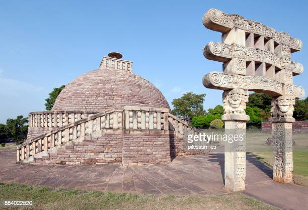 stone pillar gateway of buddhist stupa, sanchi, madhya pradesh, india - stupa stock pictures, royalty-free photos & images