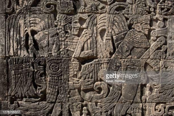 stone relief carvings at the mayan ruins of chichén itzá - arqueología fotografías e imágenes de stock