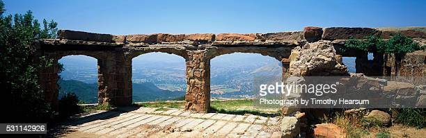 stone ruins of knapp's castle - timothy hearsum stock pictures, royalty-free photos & images