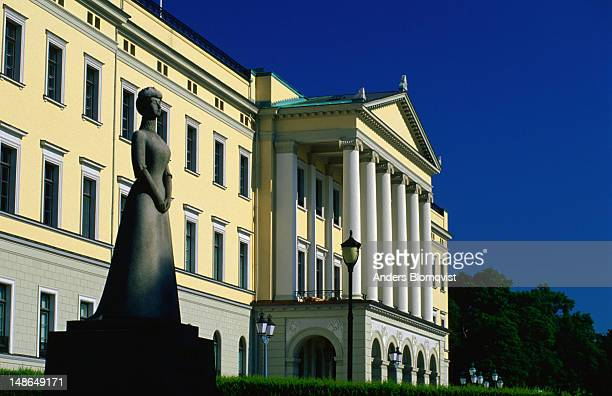 a stone sculpture in front of the royal palace - royal palace oslo stock pictures, royalty-free photos & images