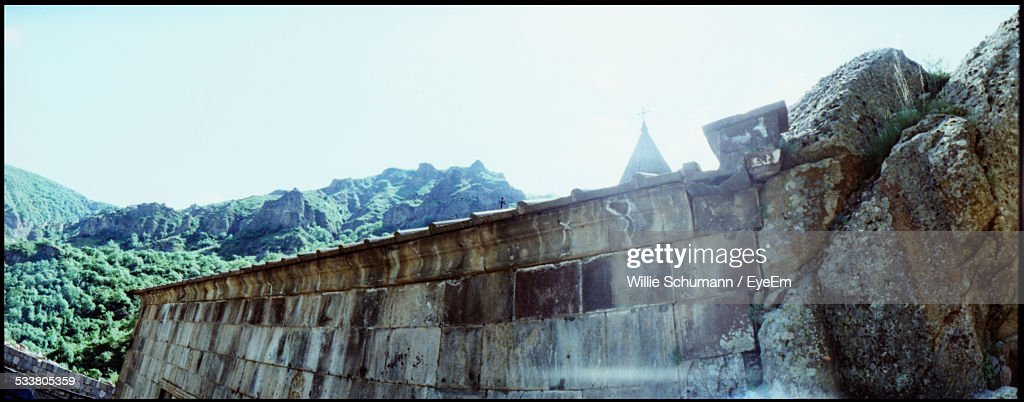 Stone Wall And Mountain Range On Background : Foto stock