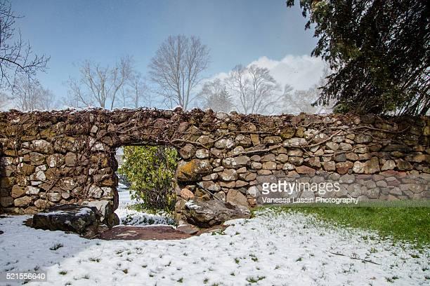 stone wall - vanessa lassin stockfoto's en -beelden
