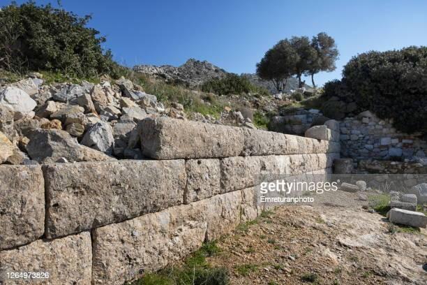 stone wall ruins at knidos ancient city,aegean turkey. - emreturanphoto stock-fotos und bilder