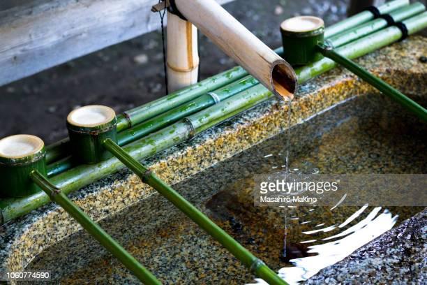 stone water basin - wabi sabi - fotografias e filmes do acervo