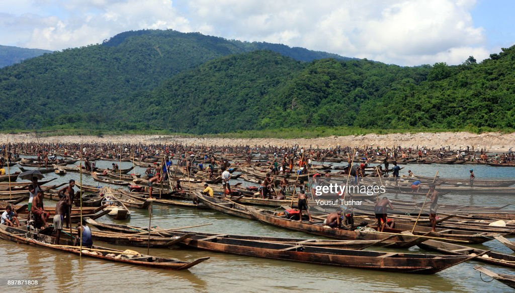 Stone workers collect stones in boats from the at Jaflong... : News Photo