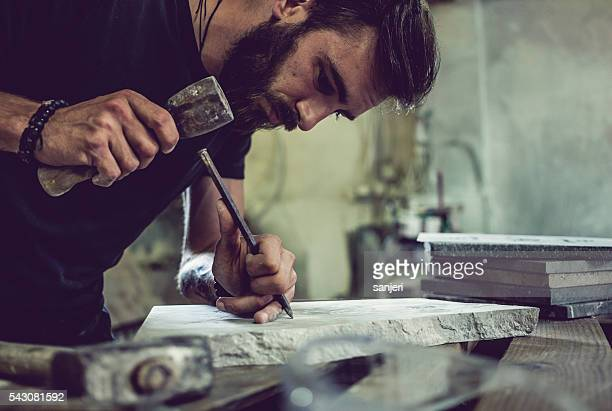 steinmetz porträt bei der arbeit - bildhauer stock-fotos und bilder