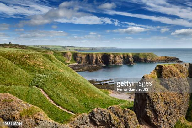 stonehaven war memorial on black hill with castle haven bay and steps down to the donnottar castle ruins entrance scotland uk - aberdeenshire stock pictures, royalty-free photos & images